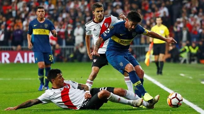 BekRiver Plate(kiri) Jonatan Maidana menekel gelandang Boca Juniors Pablo Perez dalam laga final Copa Libertadores 2018. Duel tersebut menjadi yang pertama bagi kedua tim di final Copa Libertadores. (REUTERS/Juan Medina)