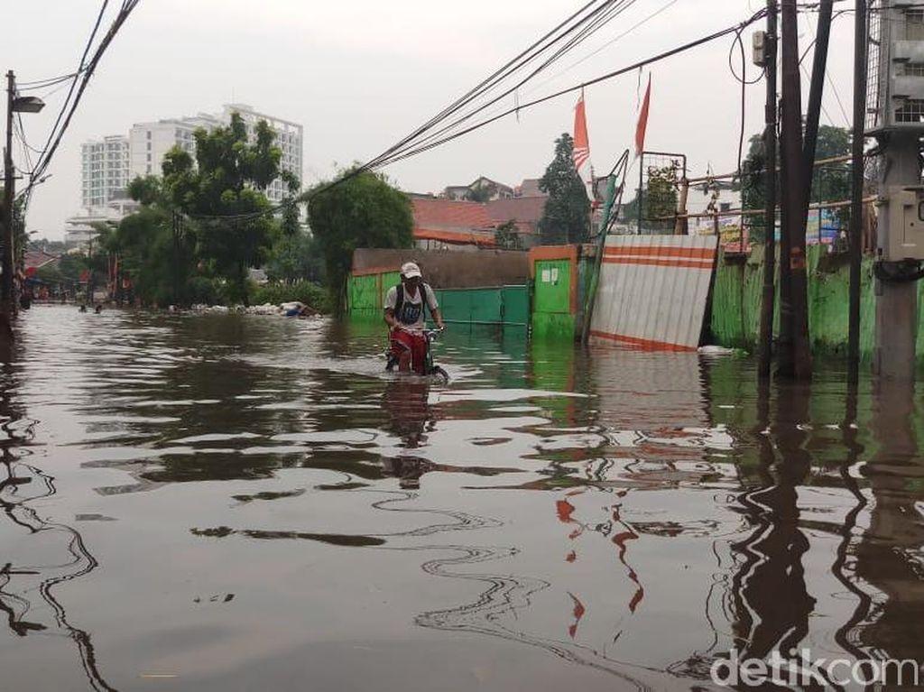 Potret Banjir yang Sempat Lumpuhkan Jalan Kemang Utara 9 Jaksel