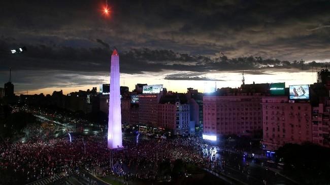 Suporter River Plate mengubah pusat kota Buenos Aires, Argentina, menjadi lautan manusia saat merayakan gelar juara Copa Libertadores 2018. (REUTERS/Agustin Marcarian TPX IMAGES OF THE DAY)