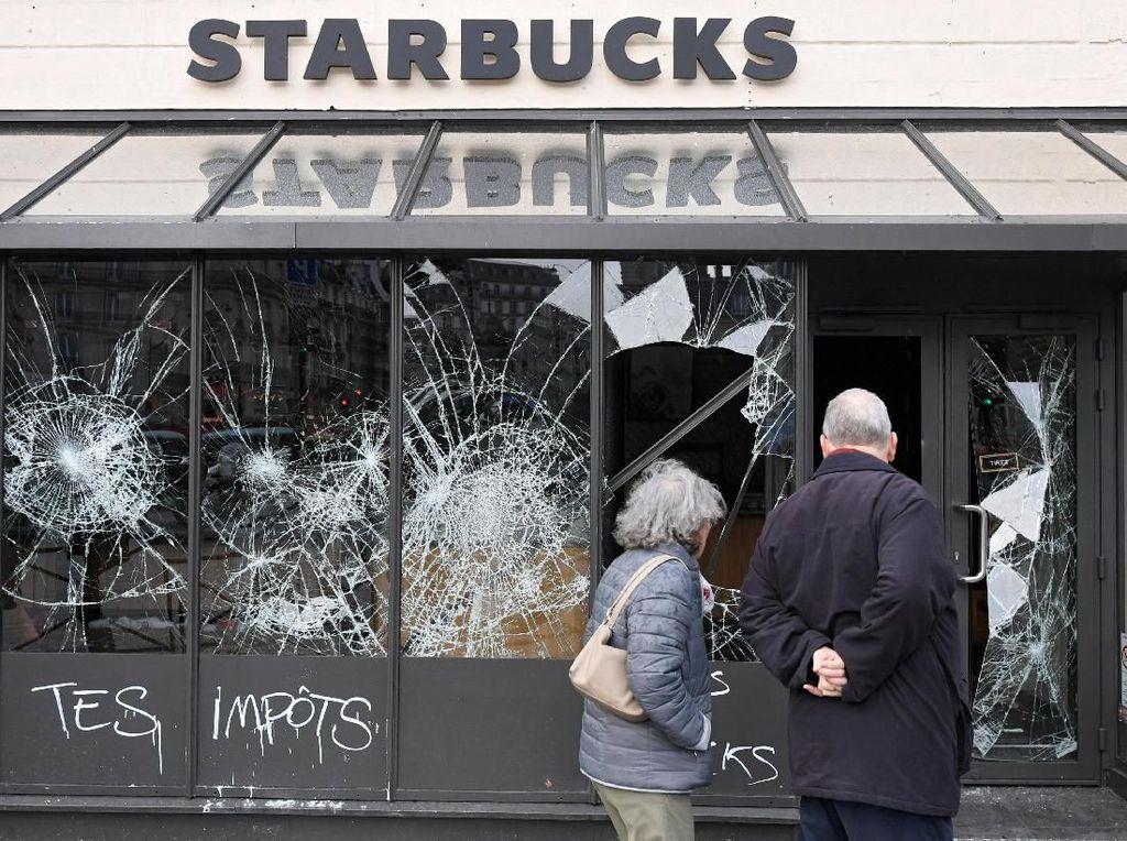 Sisa-sisa Kerusakan Akibat Demo Rompi Kuning di Paris