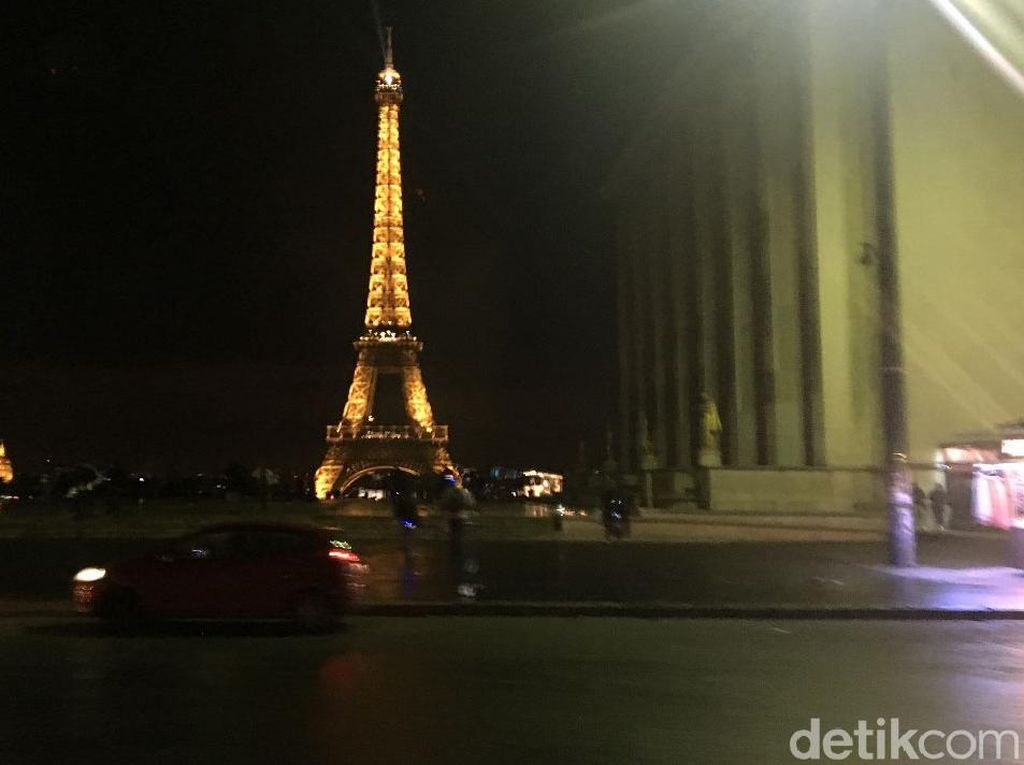 Sunyinya Menara Eiffel Pasca Demo Rompi Kuning
