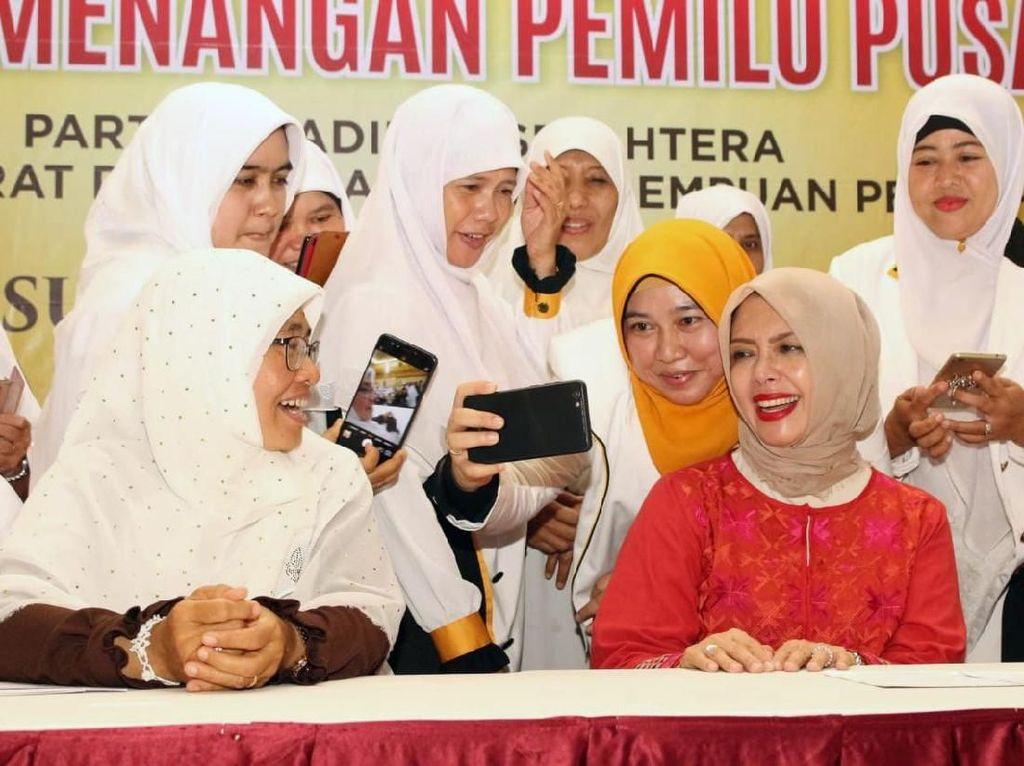 Nur Asia berswafoto bersama caleg perempuan PKS. Pool/PKS.