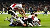 Pemain River Platemerayakan gol Juan Quintero yang membawaRiver Plate unggul 2-1 pada menit ke-109 di babak tambahan waktu usai menerima umpan Camilo Mayada.(REUTERS/Juan Medina)