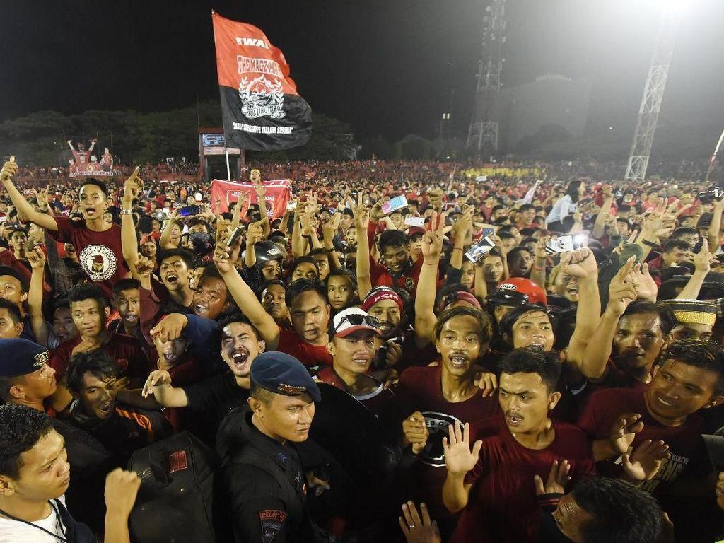 Sebanyak221.025 penonton mendukung laga-laga PSM Makssar sepanjang musim 2018. PSM harus puas finis runner-up di belakang Persija.Foto: Yusran Uccang/Antara