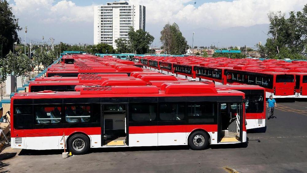 Ratusan armada bus listrik yang diproduksi dan dikirim dari China diparkir di terminal bus di Santiago, Chile. (Reuters/Rodrigo Garrido)