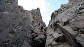 Baginya mendaki ke puncakGouna adalah kesenangan yang tiada terkira.