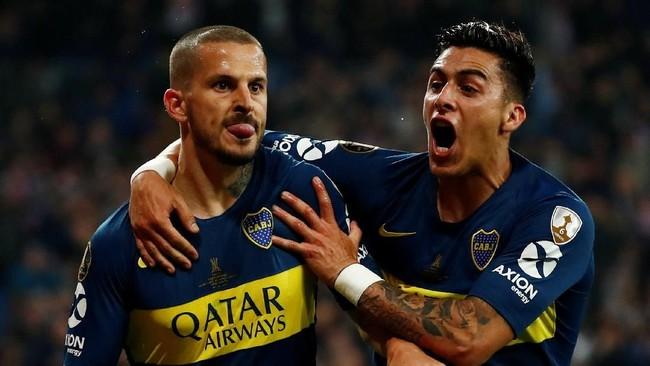 Penyerang Boca Juniors Dario Benedetto (kiri) meluapkan kegembiraan usai mencetak gol pada menit ke-44 setelah mendapat umpan dari Nahitan Nandez untuk membawa timnya unggul 1-0. Gol ke gawang River merupakan yang kelima bagi Bennerdetto di Copa Libertadores 2018. (REUTERS/Juan Medina)