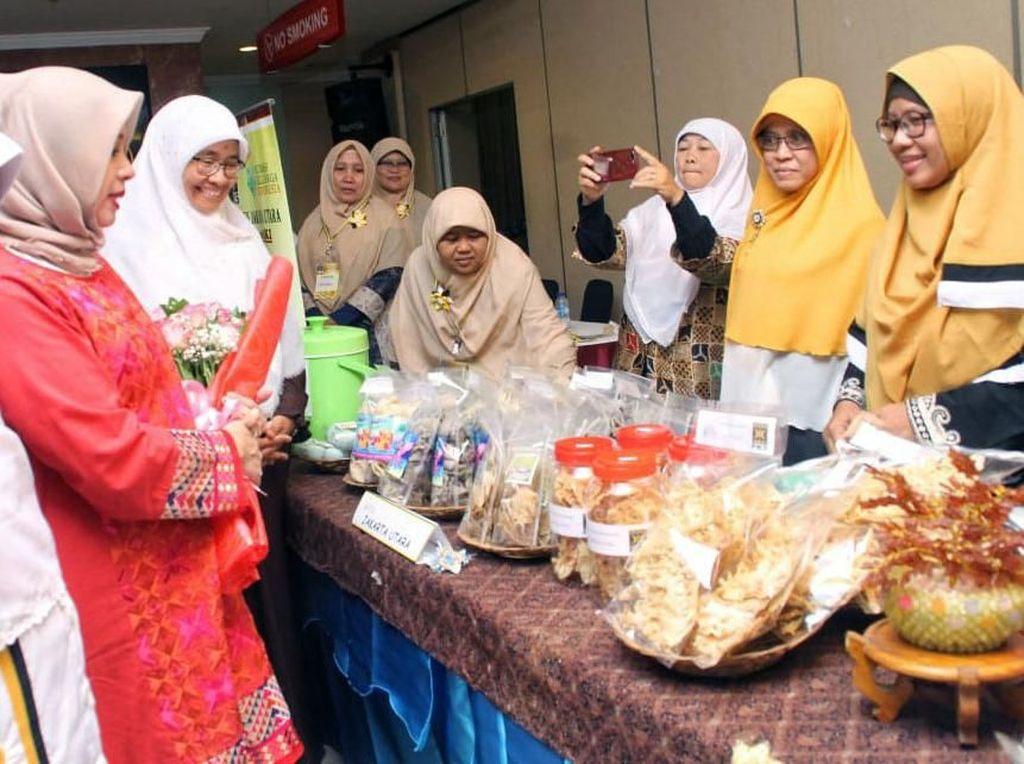 Nur Asia menyempatkan diri mengunjungi bazar Rumah Keluarga Indonesia (RKI) PKS Jakarta Utara. Pool/PKS.