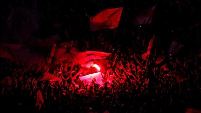 Perayaan gelar juara Copa Libertadores 2018 dimeriahkan suporter River Plate dengan menyalakan suar di pusat kota Buenos Aires, Argentina. (REUTERS/Martin Acosta)