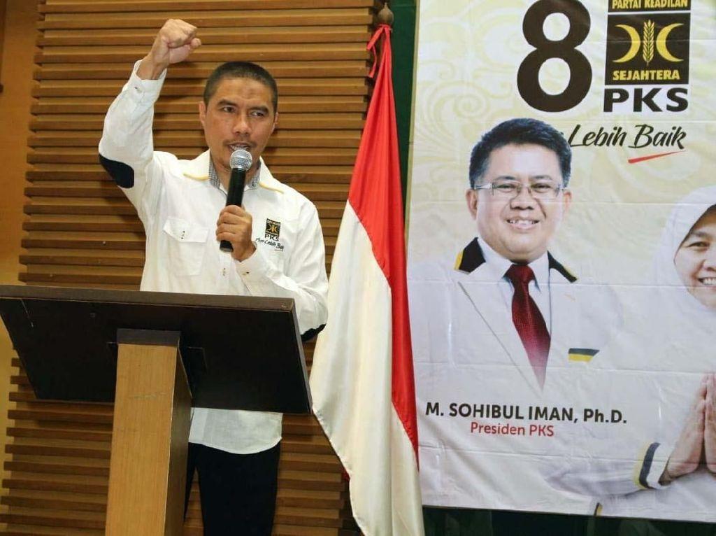 Ketua Umum DPW PKS DKI Jakarta Sakhir Purnomo yang bertindak sebagai tuan rumah memberikan sambutan kemenangan. Pool/PKS.