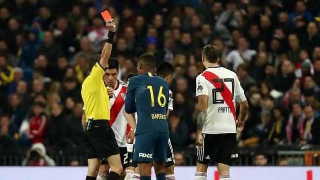 Gelandang bertahan Boca Juniors Wilmar Barrios dikartu merah wasit Andres Cunha di menit ke-92 setelah mendapat kartu kuning kedua karena melanggar Exequiel Palacios. (REUTERS/Sergio Perez)