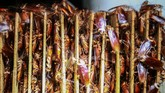 Jutaan kecoak bertumpuk di papan kayu di sebuah peternakan di perusahaan farmasi Gooddoctor di Xinchang, provinsi Sichuan, China. (REUTERS/Thomas Suen)