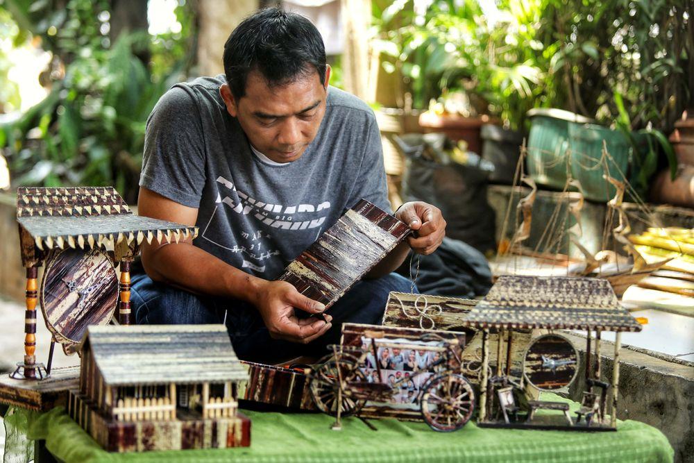 Harga jual untuk hasil kerajinan tangannnya bervariasi dari Rp. 50.000 hingga Rp. 2.500.000 tergantung ukuran dan tingkat kesulitannya.