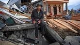 Subhan Bachong berpose di depan rumahnya yang rusak akibat likuifkasi di Petobo, Palu, Sulawesi Tengah. Ia bercerita dulu berusaha menyelamatkan diri seraya memapah kedua orang tuanya. (ANTARA FOTO/Wahyu Putro A)