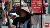 Ratusan petani dari beberapa daerah dan WALHI menggelar aksi unjuk rasa menolak kriminalisasi pejuang lingkungan hidup di seberang Istana Kepresidenan,Jakarta,11 Desember 2018. (CNN Indonesia/Andry Novelino)