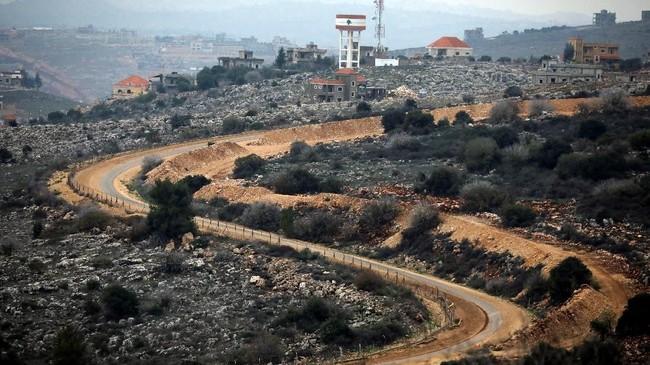 Juru bicara militer Israel, Jonathan Conricus, terowongan yang ditemukan oleh Israel di perbatasan dengan Libanon itu memang belum beroperasi. (Reuters/Amir Cohen)