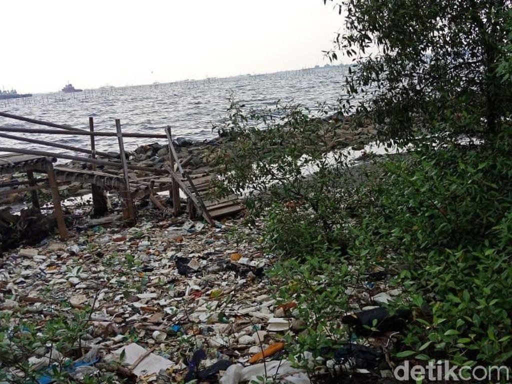 Foto: Sampah Menghampar di Pantai Marunda