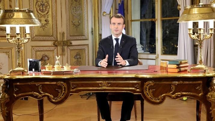 Macron melakukan separuh lockdown pada negerinya. Warga dilarang keluar hingga 15 hari.