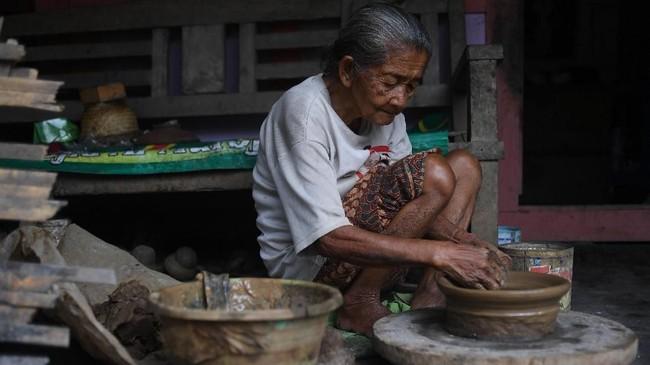Dusun Klipoh berpenduduk sekitar 600 jiwa, sebagian warganya berprofesi sebagai perajin gerabah.