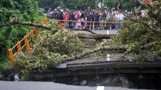 Jembatan di Purwakarta Ambruk, 2 Orang Diduga Tertimbun