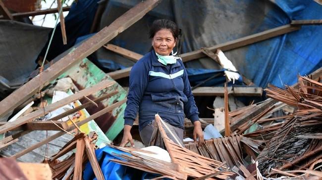Layla berpose di depan rumahnya yang rusak akibat gempa dan tsunami di Lere, Palu, Sulawesi Tengah. Asosiasi Asuransi Jiwa Indonesia menyebut potensi klaim yang harus dibayar perusahaan asuransi jiwa untuk korban gempa Palu, Sigi, Donggala, dan Lombok mencapai Rp2,12 triliun. (ANTARA FOTO/Wahyu Putro A)