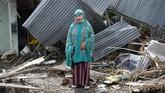 Yuslifa berpose di depan rumahnya yang rusak akibat likuifaksi di Lere, Palu, Sulawesi Tengah. Akibat gempa dan tsunami pada 28September 2018, lebih dari 2.000 orang tewas.(ANTARA FOTO/Wahyu Putro A)