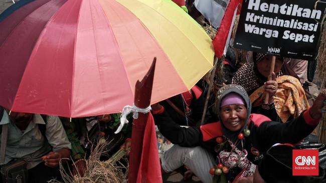 Dalam aksi Walhi dan Petani di depan IstanaKepresidenan, massa menegaskan selainpembangunan infrastruktur, pemerintah takboleh mengabaikan hak lingkungan hidup sebagai bagian dari hak asasi manusia. (CNN Indonesia/Andry Novelino)