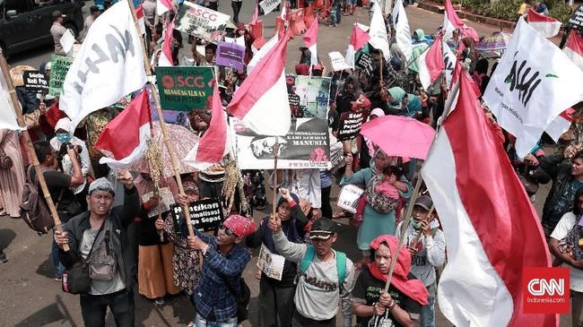 Dalam aksinya, massa menuntut pemerintah menghentikan kriminalisasi pejuang lingkungan hidup sebagai bentuk implementasi Pasal 66 UU Nomor 32/2009 tentang Perlindungan dan Pengelolaan Lingkungan Hidup. (CNN Indonesia/Andry Novelino)