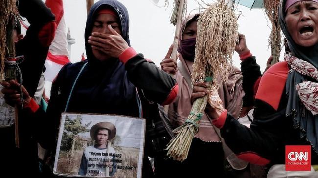 Walhi mencatat bukan hanya terhadap masyarakat dan pejuang lingkungan hidup saja yang menerima kriminalisasi. Bahkan, aksi kriminalisasi itu pun dikenakan kepada sejumlah saksi ahli yang bersaksi di pengadilan. (CNN Indonesia/Andry Novelino)