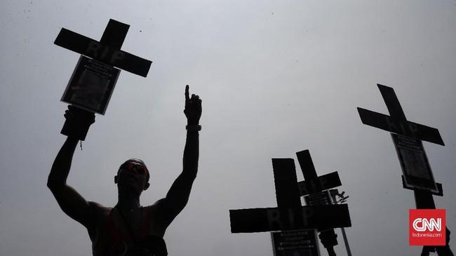 Simbol salib sebagai tanda matinya keadilan untuk pekerja freeport Indonesia.Dalam aksi itu turut bergabung pula para mantan pekerja PT Freeport Indonesia yang menuntut keadilan hak pesangon dan BPJS untuk rekan mereka yang di PHK dan meninggal dunia. (CNN Indonesia/Andry Novelino)