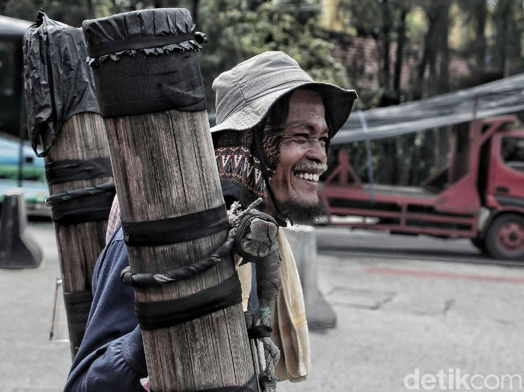 Senyum Penjual Air Aren Bertahan di Tengah Gerusan Zaman