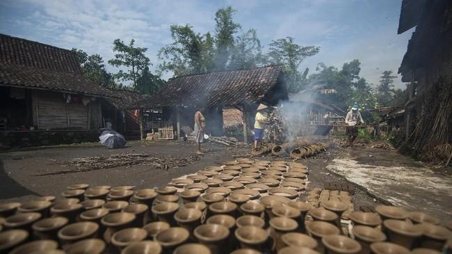 Kerajinan gerabah Klipoh telah dikerjakan masyarakat setempat secara turun-temurun, dari generasi ke generasi.