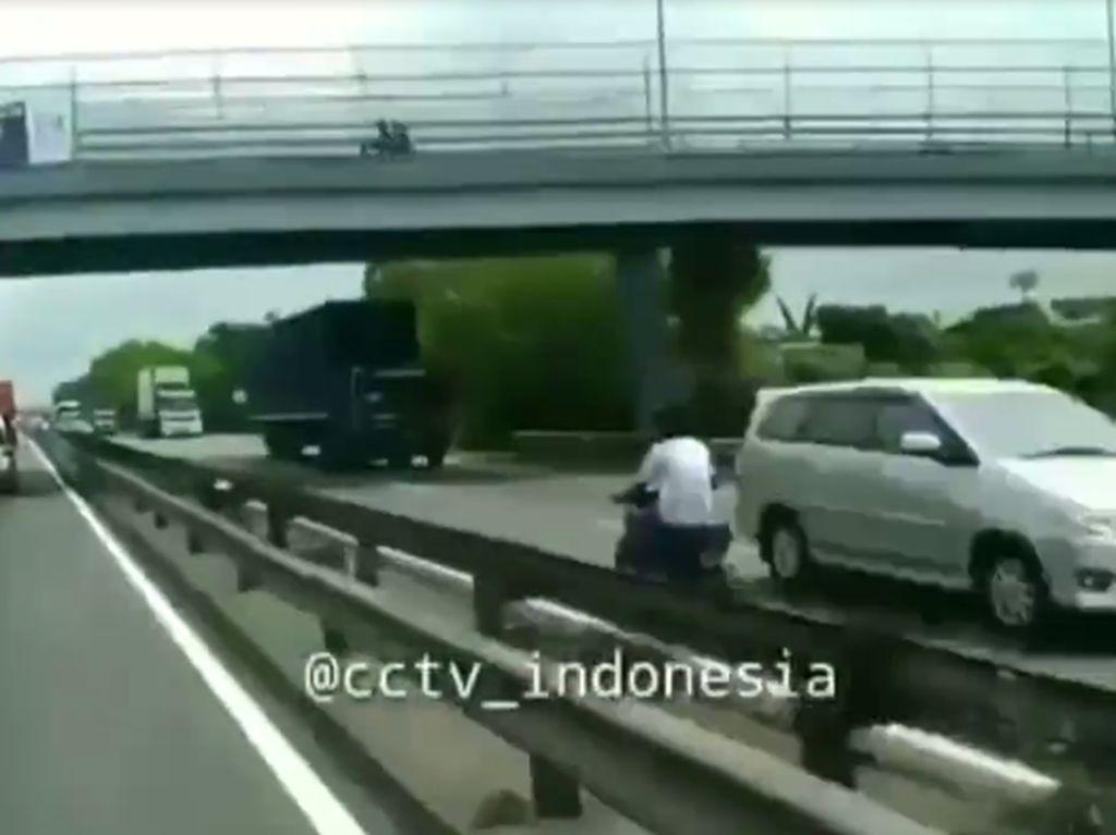 Naik Motor di Tol Saja Bahaya Apalagi Lawan Arah Tanpa Helm