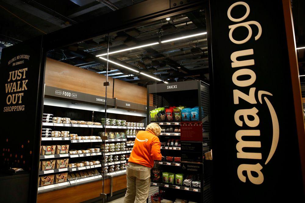Di swalayan bernama 'Amazon Go' ini, Amazon menerapkan teknologi yang membuat pembeli tidak perlu mengantre di kasir untuk membayar belanjaannya (REUTERS/Lindsey Wasson)