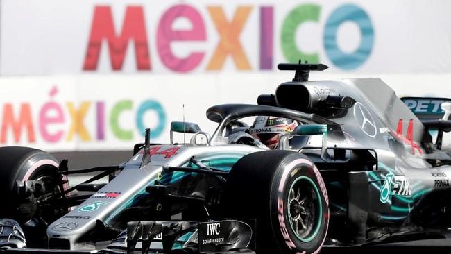 Lewis Hamilton memastikan gelar juara dunia Formula 1 2018 di GP Meksiko,ketika rangkaian F1 2018 masih menyisakan dua seri lagi. (REUTERS/Henry Romero TPX IMAGES OF THE DAY - RC1321D83BD0)