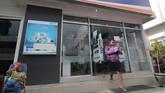 Warga berjalan keluar dari galeri ATM yang telah dioperasikan kembali di Kantor BRI Cabang Palu. Lembaga keuangan kembali menawarkan produk-produk.(ANTARA FOTO/Basri Marzuki).