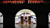 Warga berjalan di genangan air yang membanjiri ruang tunggu keberangkatan Stasiun Besar Kereta Api (KA) Tawang di Semarang, Jawa Tengah, Senin (3/12) malam. Banjir juga terjadi di sejumlah titik di kota Semarang dan berdampak pada kemacetan lalu lintas. (ANTARA FOTO/Aditya Pradana Putra/wsj).