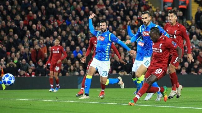 Liverpool yang butuh kemenangan terus menekan pertahanan Napoli untuk bisa mencetak gol cepat di laga ini. (REUTERS/Jon Super)