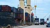 Aktivitas bongkar muat barang berlangsung normal kembali di Pelabuhan Pantoloan, Palu. Sebelumnya, garis pantai Teluk Palu disapu gelombangTsunami. (ANTARA FOTO/Basri Marzuki).
