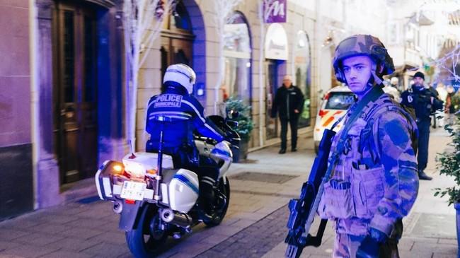 Kepolisian sudah mengidentifikasi pelaku dan masih terus melakukan pengejaran. Sang penembak dikabarkan masuk dalam daftar terduga ekstremis pihak berwenang. Meski begitu, identitas pelaku hingga kini belum dipublikasikan. (AFP Photo/Abdesslam Mirdass)