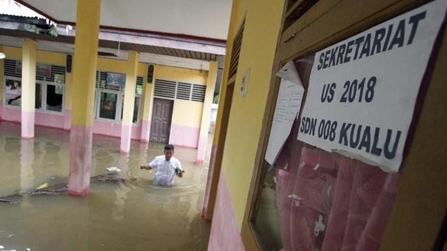 Banjir akibat luapan Sungai Kampar menggenangi SDN 008 di Kabupaten Kampar, Riau, Selasa (11/12). Banjir melumpuhkan aktivitas belajar di SDN 008 yang selama ini menjadi tempat bagi 360 siswa. (ANTARA FOTO/HADLY V/FBA/ama).