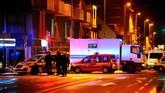 Sementara itu, sumber kepolisian mengatakan aparat sempat melepaskan serangkaian tembakan di sebuah area di kota itu yang diyakini tempat pelaku bersembunyi. (AFP Photo/Jean-Christophe Verhaegen)