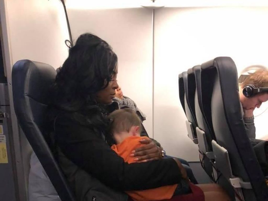 Kisah Ibu yang Bertemu 'Malaikat' di Pesawat
