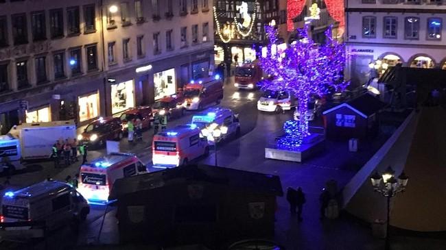 Insiden itu terjadi sekitar pukul 20.00 waktu lokal di sebuah jalanan tersibuk di kota yang berbatasan dengan Jerman tersebut. (AFP Photo/Patrick Hertzog)