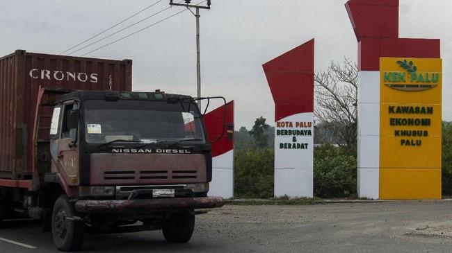 Truk peti kemas melintas di Kawasan Ekonomi Khusus (KEK) Palu. Aktivitas ekonomi di Sulawesi Tengah kembali menggeliat setelah gempa bumi 7,4 skala richter menghentak wilayah tersebut. (ANTARA FOTO/Basri Marzuki).