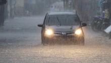 Cara Aman Berkendara Saat Hujan
