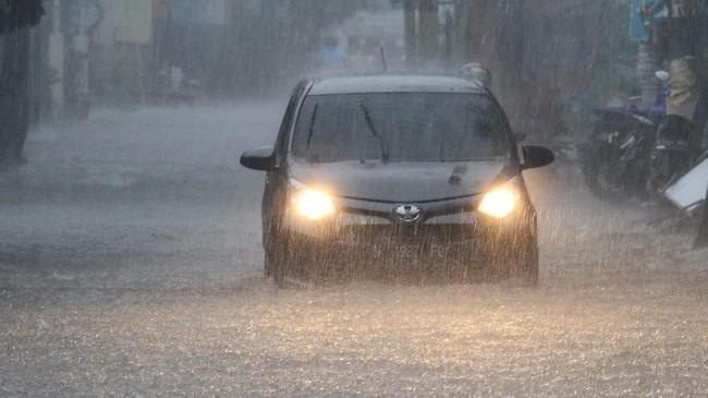 Kendaraan roda empat berusaha menembus banjir yang melanda Jalan Gajayana, di Malang, Jawa Timur, Senin (10/12). Hujan deras yang melanda Kota Malang mengakibatkan banjir di sejumlah titik. (ANTARA FOTO/HO/H. Prabowo/kye)