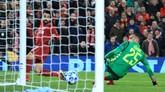 Mohamed Salah akhirnya bisa mencetak gol di menit ke-34. Salah melakukan penetrasi di sisi kiri pertahanan Napoli sebelum akhirnya melepaskan tendangan dari sudut sempit. (REUTERS/Jon Super)