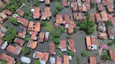 Kawasan rumah panggung tergenang air luapan Sungai Batanghari di Pelayangan, Jambi, Selasa (11/12). Ribuan rumah di sejumlah daerah di provinsi itu terendam akibat meluapnya air Sungai Batanghari. (ANTARA FOTO/Wahdi Septiawan/foc).