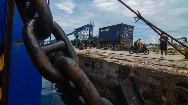 Truk peti kemas mengangkut barang untuk dikapalkan keluar daerah di Pelabuhan Pantoloan, Palu. Aktivitas masyarakat perlahan pulihseiring datangnya bantuan menataekonomi. (ANTARA/Basri Marzuki).
